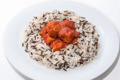 Arroz salvaje con la salsa del atún y de tomate Foto de archivo