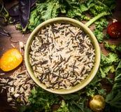 Arroz selvagem com ingredientes dos vegetais, fim acima, vista superior Imagens de Stock