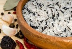 Arroz selvagem e o arroz branco imagens de stock royalty free