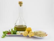 Arroz, setas, ajo, perejil y aceite de oliva Foto de archivo