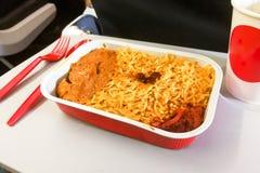 Arroz simple de la comida de aviones del primer, carne, café en disponible Imagenes de archivo