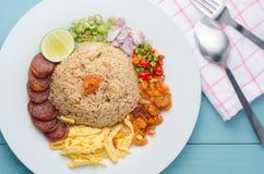 Arroz temperado com pasta do camarão, alimento tailandês no prato branco sobre o wo imagens de stock