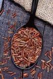 Arroz vermelho em uma colher de prata Foto de Stock Royalty Free