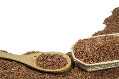 Arroz vermelho ou Riceberry e colher de madeira e cestaria Imagens de Stock Royalty Free
