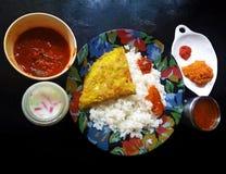 Arroz y curry picantes fotos de archivo