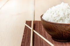 arroz y palillos cocinados Imagenes de archivo