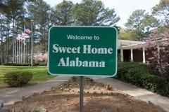 Arrêt à la maison doux de secteur de signe bienvenu de l'Alabama au repos outre de route Image libre de droits