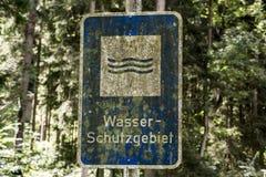 Arrugginita tedeschi dimenticati vecchia annata firmano dentro la riserva di acqua di mezzi dello schutzgebiet del wasser di trad Immagini Stock