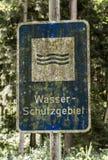 Arrugginita tedeschi dimenticati vecchia annata firmano dentro la riserva di acqua di mezzi dello schutzgebiet del wasser di trad Fotografie Stock