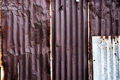 Arrugginito su ferro ondulato, galvanizzi la struttura del ferro, ondulato di superficie Immagine Stock