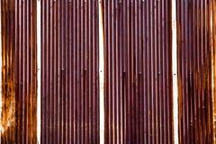 Arrugginito su ferro ondulato, galvanizzi la struttura del ferro, metallico ondulato di superficie Immagine Stock