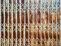 Arrugginito su superficie dell'allungamento d'acciaio della porta Fotografie Stock
