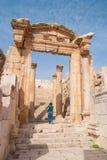Arruina la ciudad de Jerash en Jordania/el arco de Hadrian en Jerash Imagen de archivo libre de regalías