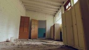 Arruinado por la casa de los vándalos, los muebles, la basura y el polvo rotos, cámara se mueve adelante metrajes