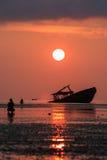 Arruine el barco, el cielo del sol y al fotógrafo de levantamiento en phuket Tailandia Fotos de archivo
