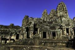 Arruine el templo antiguo de piedra de Bayon con el cielo azul imagen de archivo