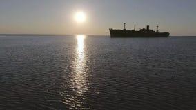 Arruine en el mar tranquilo en la salida del sol metrajes
