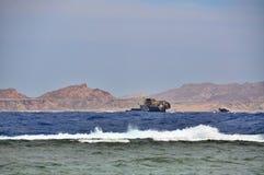 Arruine la nave enfrente de la isla de Tiran en el Mar Rojo Fotografía de archivo libre de regalías