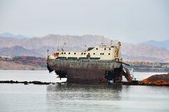 Arruine la nave enfrente de la isla de Tiran en el Mar Rojo Fotografía de archivo