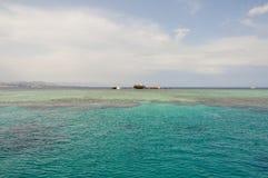 Arruine la nave enfrente de la isla de Tiran en el Mar Rojo Imagen de archivo libre de regalías