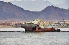 Arruine la nave enfrente de la isla de Tiran en el Mar Rojo Imágenes de archivo libres de regalías