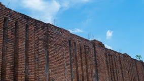 Arruine a parede de tijolo com o céu vívido no templo antigo, Ayuddhaya tailandês Foto de Stock Royalty Free