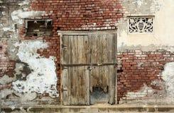 Arruine a porta com a parede de tijolo em Amritsar, Índia Fotos de Stock Royalty Free