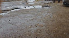 在残破的路和沥青的水坑与坑 驾驶坏路面上的ars 股票录像