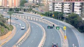 ARS del ¡ di Ð che guida lungo il viale nella città uguagliante stock footage