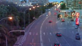 ARS do ¡ de Ð que conduz ao longo da avenida na cidade de nivelamento video estoque