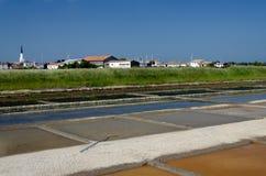 ARS-en-Ré - isla de Rhé: charcas de la evaporación de la sal Imagen de archivo