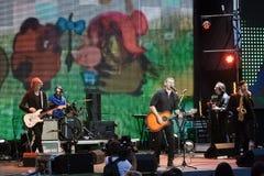 Arsen Mirzoyan和在生活音乐会的摇滚乐队在开头Roshen喷泉,文尼察,乌克兰, 29 04 2017年,社论照片 免版税库存照片