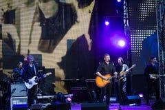 Arsen Mirzoyan с его рок-группой, концерт в реальном маштабе времени на отверстии фонтана Roshen, Vinnytsia, Украины, 29 04 2017, Стоковые Изображения