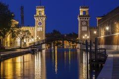 Arsenaalgebouwen en brug in Venetië Stock Afbeeldingen