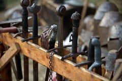 Arsenal av medeltida svärd Arkivfoton