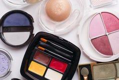 Arsenal colorido de cosméticos modernos Imágenes de archivo libres de regalías