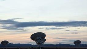 Arsenal de antenas parabólicas que señalan el cielo nublado