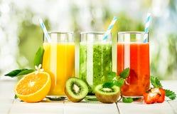 Arsenal delicioso de zumos de fruta fresca fotos de archivo libres de regalías