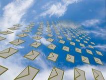 Arsenal grande de cartas que vuelan lejos en el cielo Foto de archivo libre de regalías