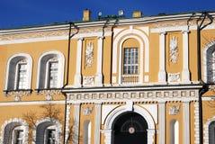 Arsenalbyggnad i MoskvaKreml i vinter Lokal för Unesco-världsarv Arkivfoton