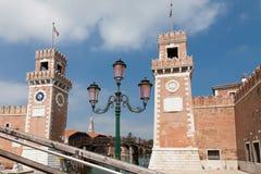 在arsenale前威尼斯门塔的灯  免版税库存照片