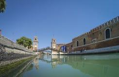 ` Arsenale del dell di Porta dall'interno del canale Venezia L'Italia Fotografie Stock Libere da Diritti