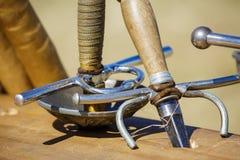 Arsenale delle spade in una fiera medievale al di sotto del giorno soleggiato Fotografie Stock