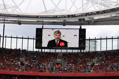 Arsene Wenger en la pantalla imagen de archivo
