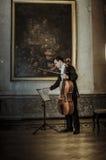 Arseniy Chubachin wydźwignięcia gwiazdy Russia wiolonczelowy Włoski Ambassador Cesare Maria Ragalini Obraz Stock