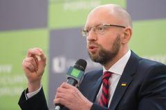 Arseniy Yatsenyuk durante o 10o fórum de segurança de Kyiv Foto de Stock