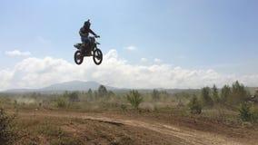 Arsenyev, Rússia - 30 de agosto de 2014: Cavaleiro em uma motocicleta, campeonato do motocross vídeos de arquivo