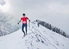 Arshan,俄罗斯- 04 2015年:人skyrunning跑与的一个小组 图库摄影