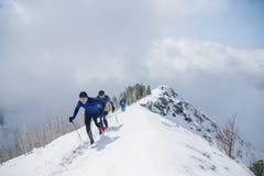 Arshan, Rússia - 04 2015: Um grupo de homens que skyrunning que corre com Fotografia de Stock Royalty Free