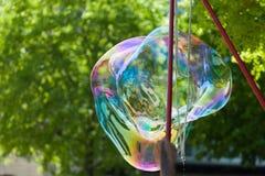 Arstist, das riesige Seifenblasen im Freien durchbrennt Lizenzfreie Stockfotografie